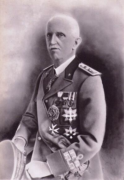 E' un Vittorio Emanuele III ormai anziano, e incapace di arginare Mussolini, quello che cinge la corona imperiale d'Africa Orentale nel 1936