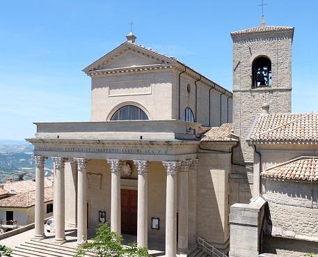 La Basilica di san Marino ospita, fra le altre opere d'arte, la scultura realizzata da Antonio Tadolini nel XIX secolo che troneggia sopra l'altar maggiore