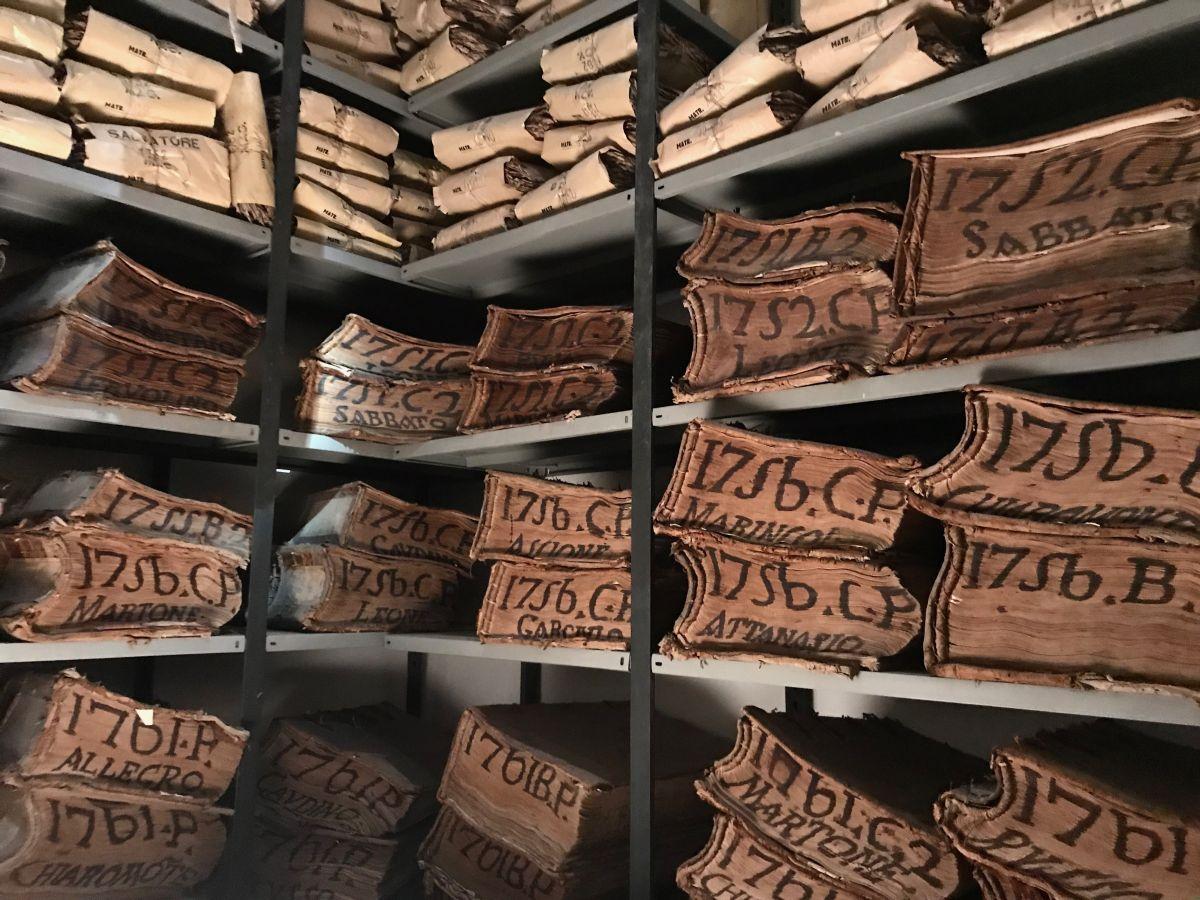 Lo sterminato archivio storico del Banco di Napoli conserva una storia di quasi cinque secoli che corre in parallelo con l'evoluzione dell'economia e con la stessa storia d'Italia
