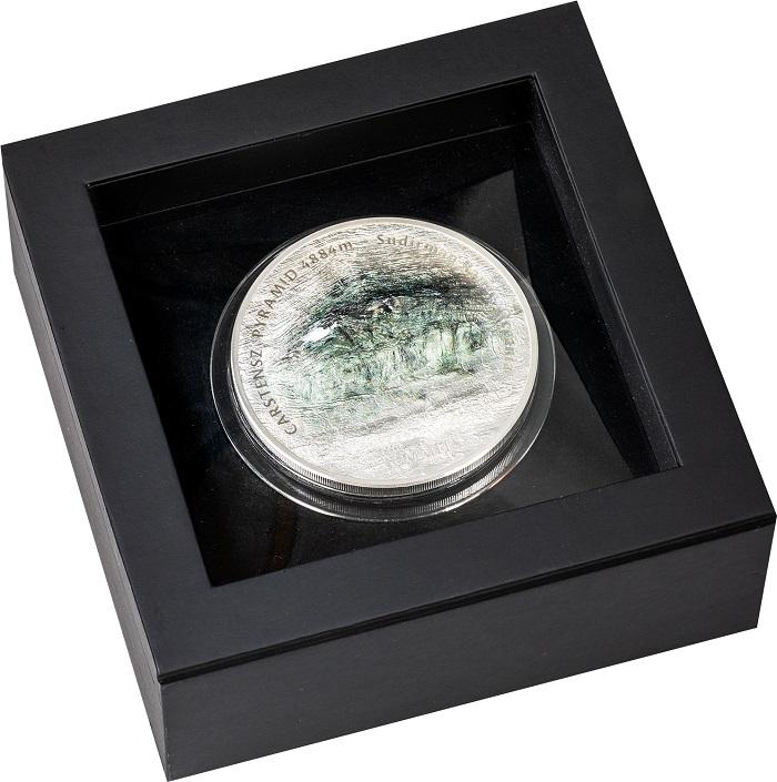 L'alto rilievo del rovescio dei 25 dollari di Cook Islands ha imposto l'uso di un astuccio speciale per questa moneta che celebra la vetta più alta dell'Oceania
