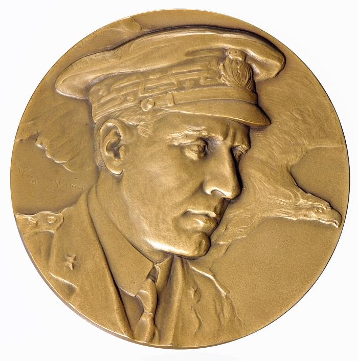 Nobile e l'aquila accostati sul magnifico dritto della medaglia con la quale la città di Milano rese omaggio all'impresa polare del 1926