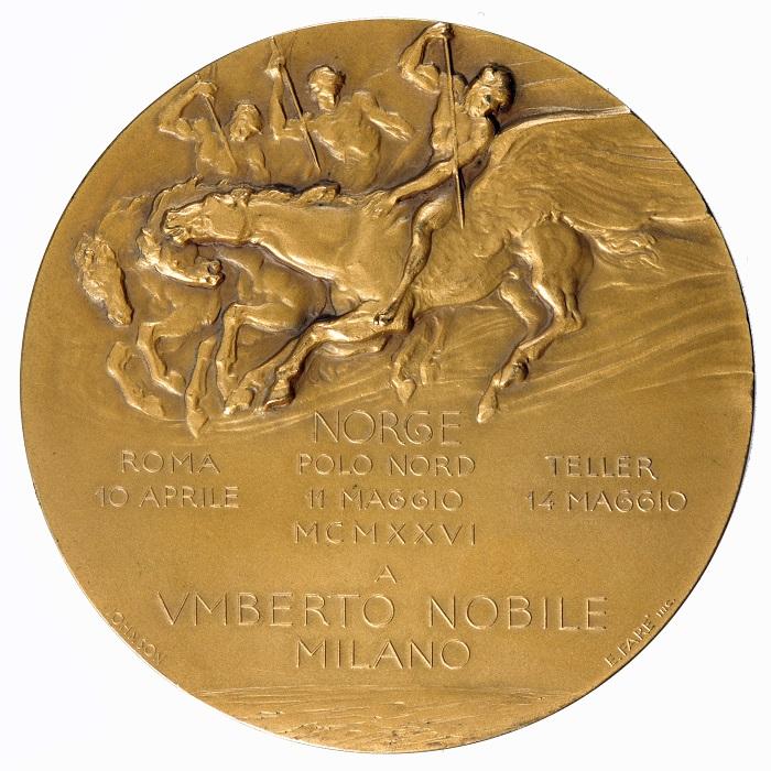 Il roverscio della medaglia coniata dalla Johnson di Milano mostra tre condottieri su Pegasi alati, fra mito arcaico e moderna esplorazione del globo terrestre