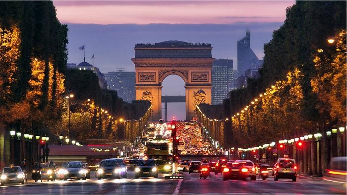 Gli Champs Elysées di Parigi, due chilometri di viale che sono il cuore pulsante della capitale francese, sede di eventi prestigiosi e luogo dedicato alla mondanità, al turismo e allo shopping
