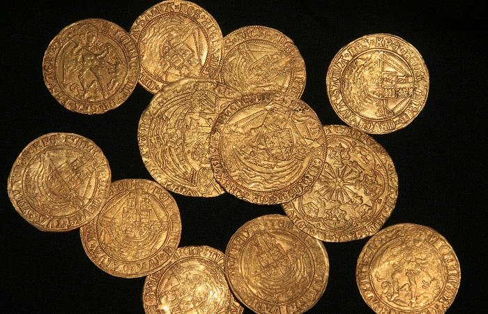 Alcuni esemplari di angel in oro di epoca Tudor dei 64 trovati nell'Hampshire: tra questi, monete a nome di Enrico VIII con le iniziali di tre delle sue mogli, fra cui la famosa Anna Bolena