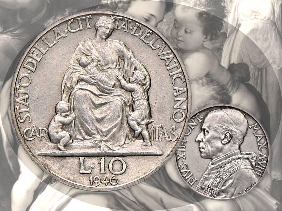 Il volto della madre realizzata per le monetre di papa Pio XII Pacelli sorride con lo sguardo e con le labbra, mentre accarezza il bambino alla sua sinistra: è l'allegoria della Carità cristiana negli anni della guerra