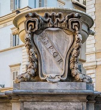 Una delle grandi valve con stemma della città di Roma che ornano la fontana di Santa Maria in Trastevere