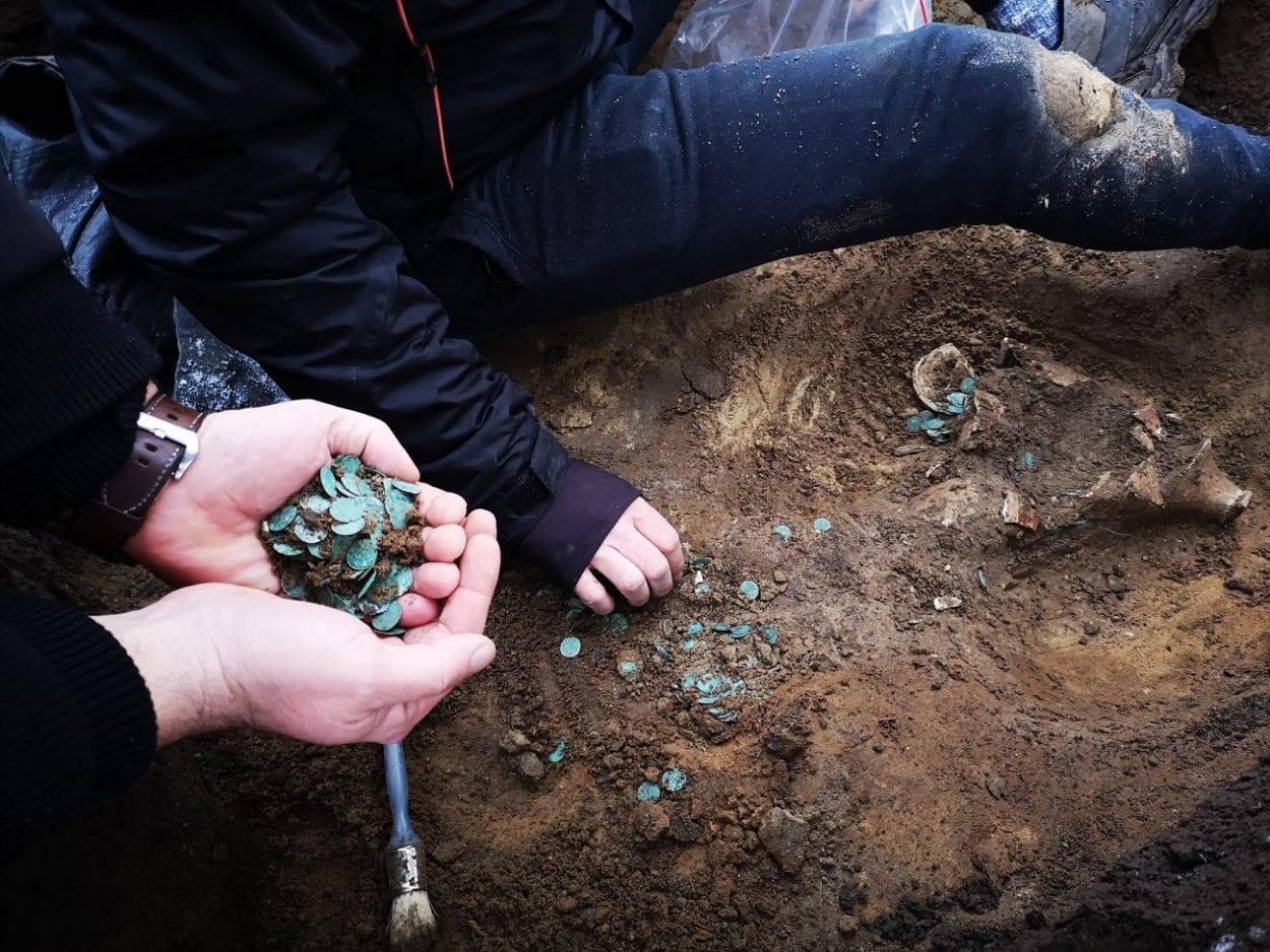 Un'immagine del rinvenimento delle circa 7000 monete nello scavo in Ungheria (credit: Ferenczy Múzeum Centrum)
