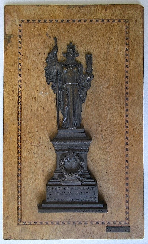 Placca in bronzo con riproduzione della Dea Roma del Vittoriano realizzata negli anni Venti e montata su base in legno