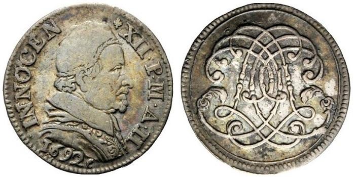 Il tipo più curioso di dodicesimo di scudo avigonese coniato per Innocenzo XII, quello con rovescio anepigrafe occupato interamente dal monogramma del legato Ottoboni