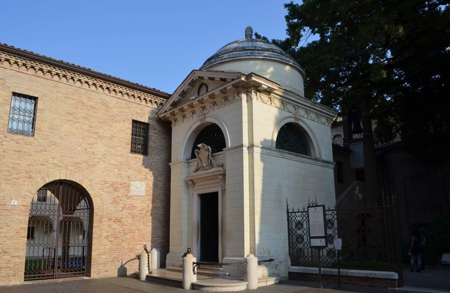 Nell'ultima fase del suo lungo e doloroso esilio, Dante è accolto a Ravenna dove muore nel 1321 e dove tuttora riposano i suoi resti