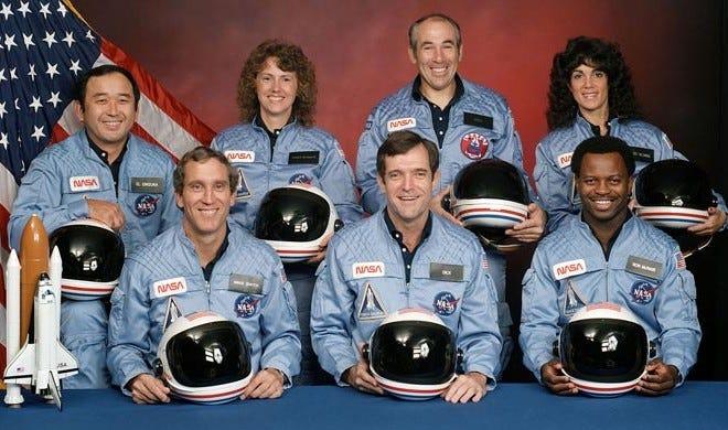 """L'equipaggio dello Space Shuttle """"Challenger"""" nella foto ufficiale che precedette quel tragico, breve volo del 28 gennaio 1986: Christa MaAuliffe è in piedi, la seconda da sinistra"""