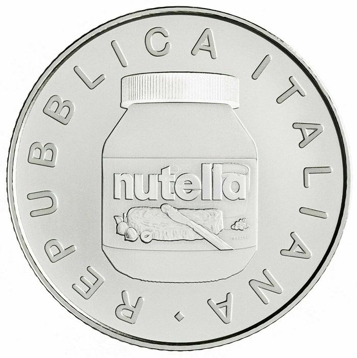 Iconico al pari del suo contenuto, il barattolo di Nutella® con il tappo in tre versioni di colore è protagonista del dritto delle monete