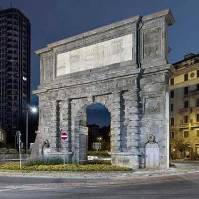 Un'immagine dell'arco di Porta Romana, a Milano, come è oggi: la viabilità moderna lo circonda senza cancellarne il fascino