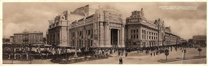 """Una bella cartolina """"panoramica"""" che mostra la Stazione centrale di Milano il 1° luglio 1931, nel giorno dell'inaugurazione"""