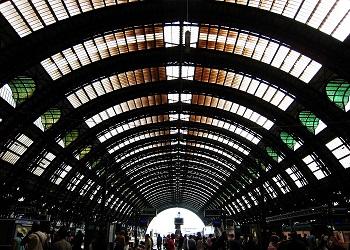 La Stazione centrale milanese è capolinea di circa cinquecento treni al giorno e vede il transito di centianaia di migliaia di persone
