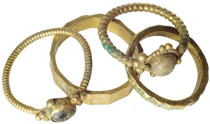 I quattro anelli trovati nel tesoro di Słuszków: tra questi, una fede nuziale con iscrizioni in cirillico apre un'interessante scenaro storico (credits: Adam Kedzierski)
