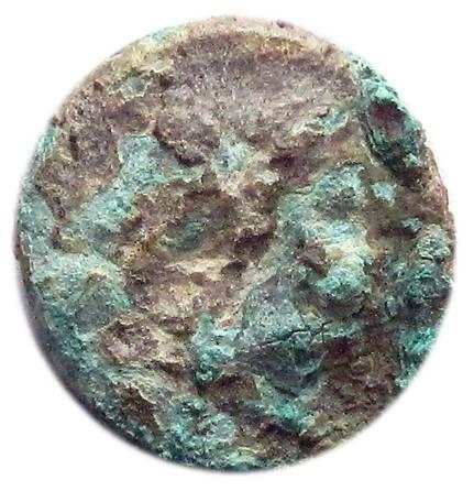 Il dritto dell'esemplare di litra romano-campana rinvenuto nello strato di fondazione delle mura di Castrum Novum