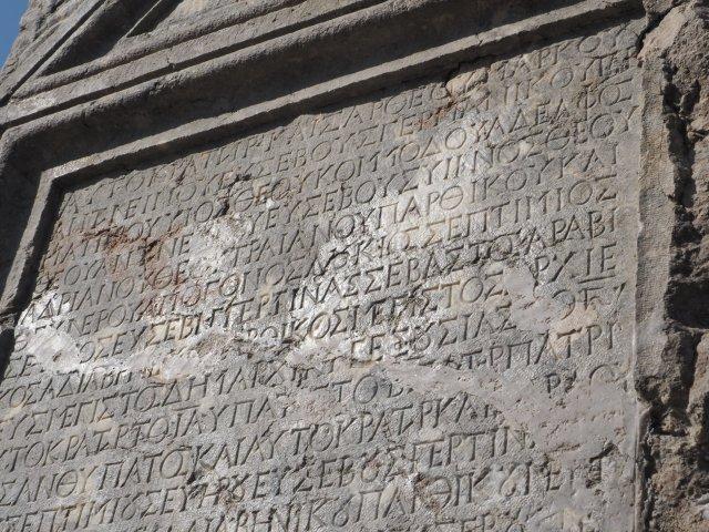 L'iscrizione su pietra calcarea che testimonia l'apprezzamento imperiale per la generosa somma inviata a Roma