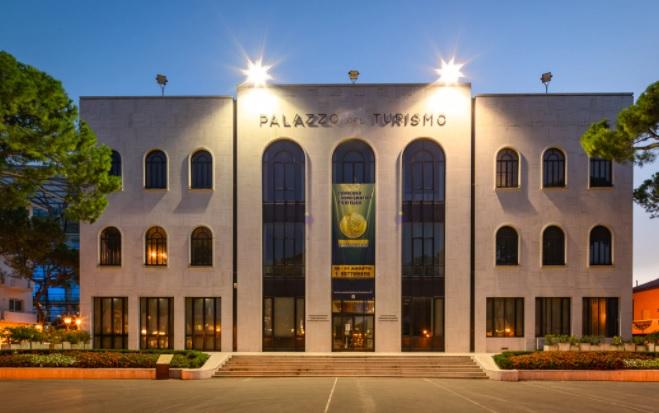Il Palazzo del Turismo, storica sede del Convegno di Riccione che da mezzo secolo riunisce gli appassionati di numismatica, filatelia e collezionismo