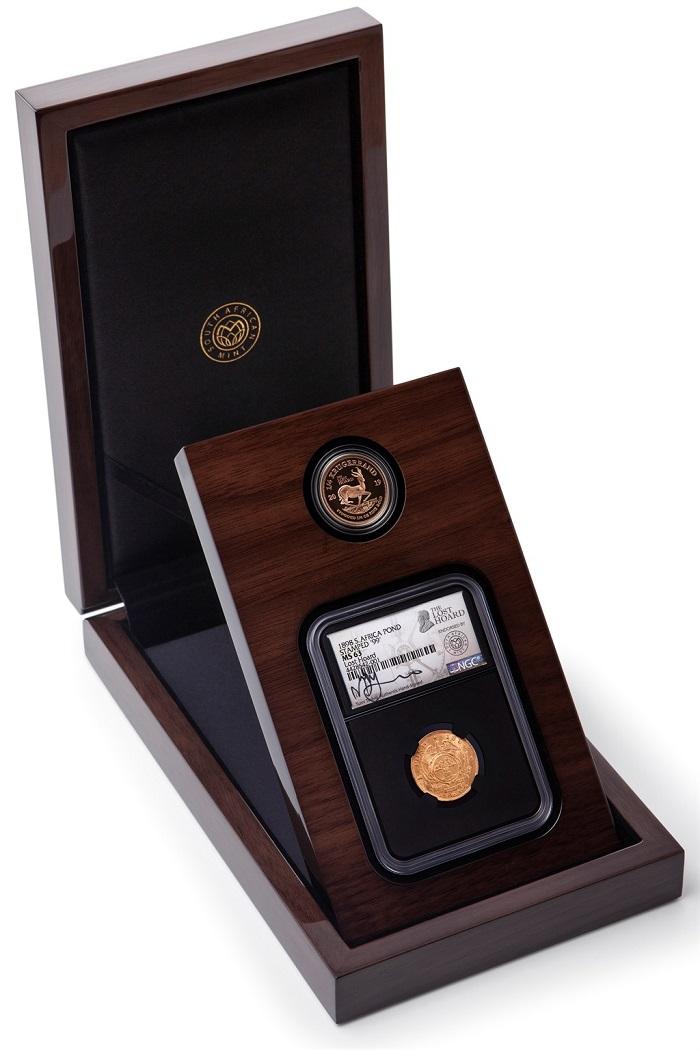 Il lussuoso cofanetto in cui la South African Mint offre un pond del tesoro perduto di Kruger e il suo omologo moderno, la moneta da 1/4 di krugerrand contenente un quarto d'oncia d'oro fino