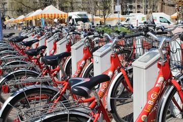 C'è anche il bike sharing con veicoli a pedalata assistita fra le frontiere della mobilità sostenibile nelle città, non solo quelle più grandi