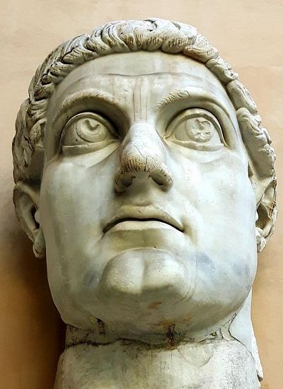 """La statua colossale di Costantino esposta ai Musei Capitolini ben testimonia l'importanza di questo sovrano """"rivoluzionario"""" che ridefinì lìidentità culturale e religiosa dell'Impero romano"""
