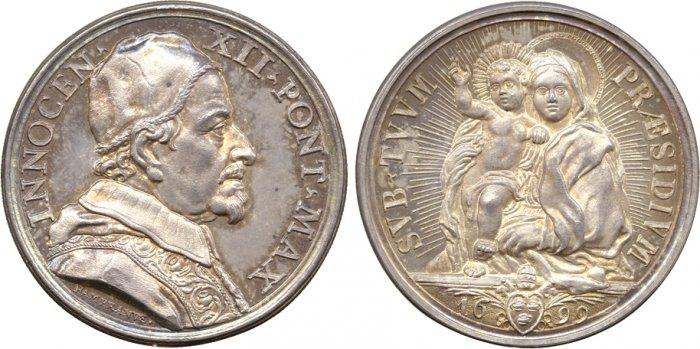 Esemplare in argento della medaglia coniata nel 1699 e che rende omaggio sia al quadro del Maratta che al mosaico dell'allora reggia pontificia del Quirinale