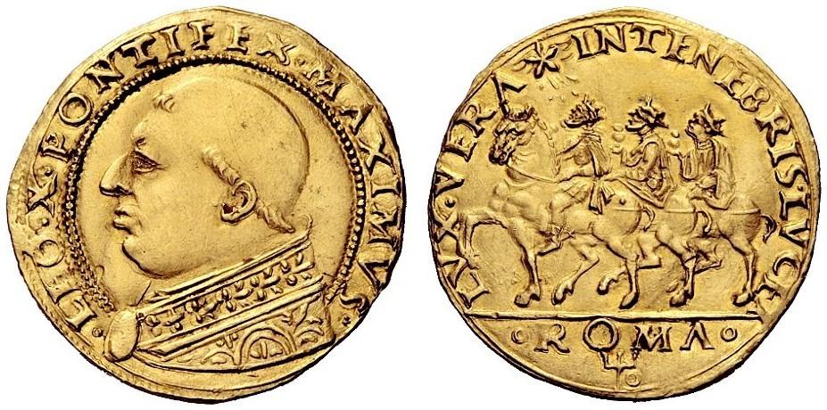 Un capolavoro della numismatica papale del Rinascimento, i due ducati e mezzo in oro con ritratto di Leone X e al rovescio i Magi che cavalcano seguendo la stella al motto LVX VERA IN TENEBRIS LVCET