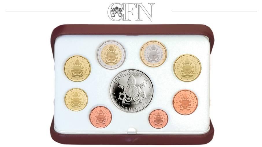 Il cofanetto della divisionale proof con argento 2021 di papa Francesco ospita come di consueto gli otto euro spiccioli dal centesimo ai 2 euro