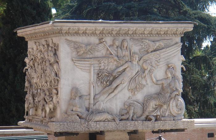 La base della Colonna di Antonino Pio, oggi ai Musei Vaticani, sorgeva sul luogo della cremazione del corpo dell'imperatore, presso l'odierno Campo Marzio