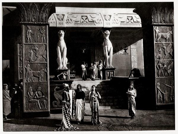 """Ακόμα φωτογραφία από την ταινία """"Καμπίρια"""", μια ταινία στην οποία σκηνικά και κοστούμια μελετήθηκαν σχολαστικά για να βελτιώσουν τα πάθη και την ιστορική μυθολογική ατμόσφαιρα όπως ήταν επιθυμητό από τον Gabriele D'Annunzio, ο οποίος φρόντιζε τόσο το θέμα όσο και το σενάριο"""