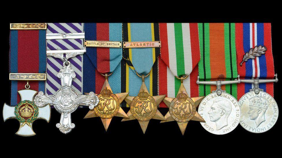 Le medaglie dell'eroe della Battaglia d'Inghilterra aggiudicate per ben 110 mila sterline durante una recentissima asta londinese: un complesso di decorazioni eccezionale che ha scatenato i collezionisti