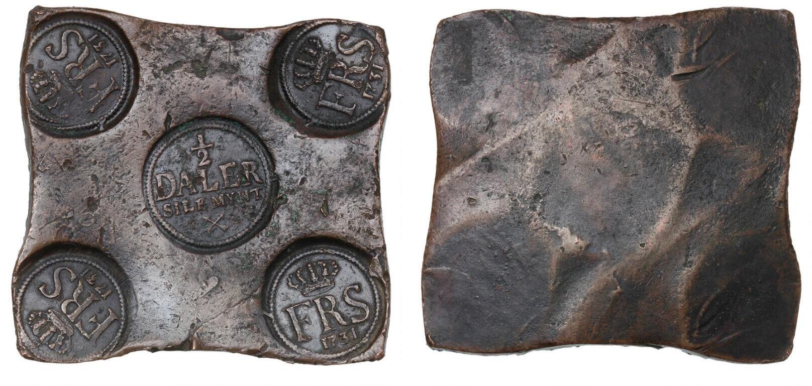 """""""Platmynten"""" in rame da mezzo """"daler"""" con contromarca centrale e stampigliature sui quattro angoli a prevenire, anche per queste enormi monete lingotto, asportazioni fraudolente di metallo"""
