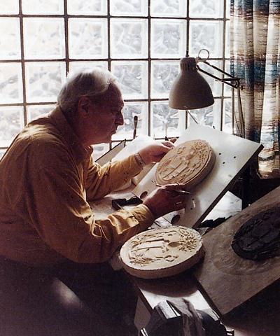 Il maestro Zanelli durante la modellazione di una delle sue medaglie, al lavoro nel suo studio romano