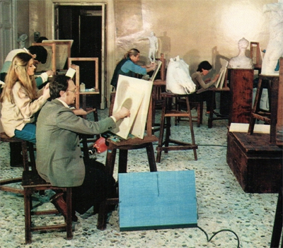Luciano Zanelli (in prima piano) alla Scuola dell'arte della medaglia di Roma, durante un'esercitazione di disegno dal vero all'inizio degli anni Ottanta