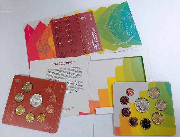 La divisionale sammarinese all'insegna della biodiversità è confezionata in un coloratissimo blister che richiama i soggetti della moneta in argento