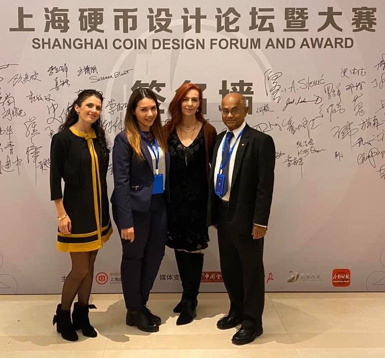 Sandra Deiana (seconda da sinistra) con la collega coin designer Chiara Principe, l'artista americana Heidi Wastweet e uno degli organizzatori dello Shanghai Coin Forum