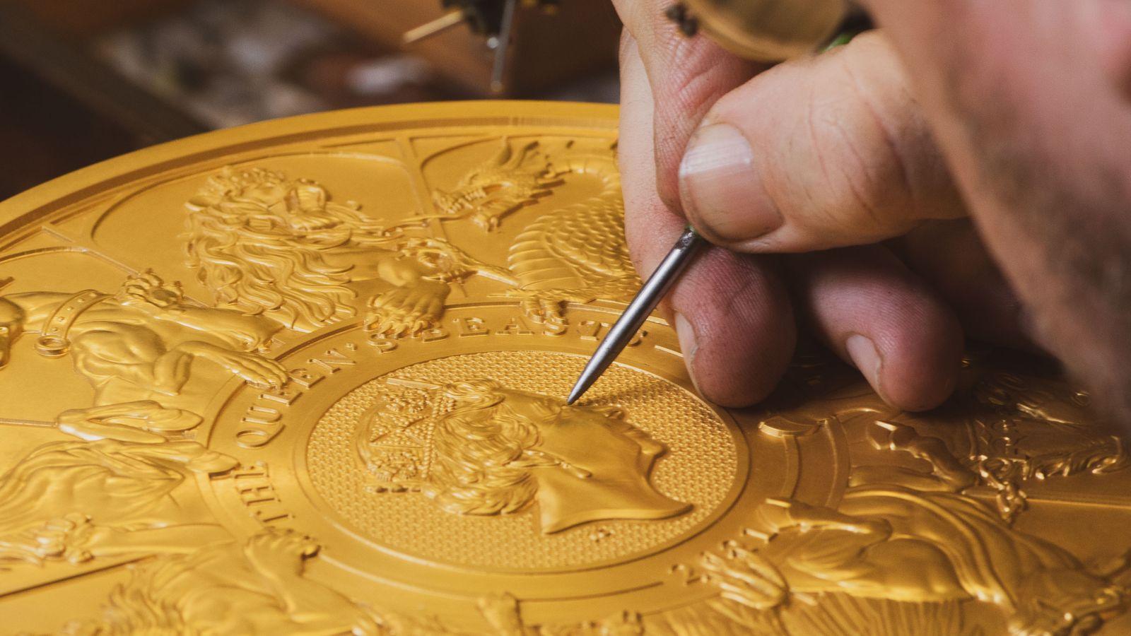Un passaggio manuale della rifinitura del pezzo da 10.000 sterline che la Royal Mint ha coniato in esemplare unico per completare la serie dedicata agli animali araldici del Regno Unito: è la più grande moneta battura Oltremanica in 1100 anni di zecca