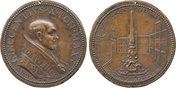 In questa medaglia dell'anno V di pontificato, il papa è ritratto a capo scoperto e, sul rovescio, la fontana dei Quattro fiumi col suo monumentale obelisco fa già bella mostra di sè