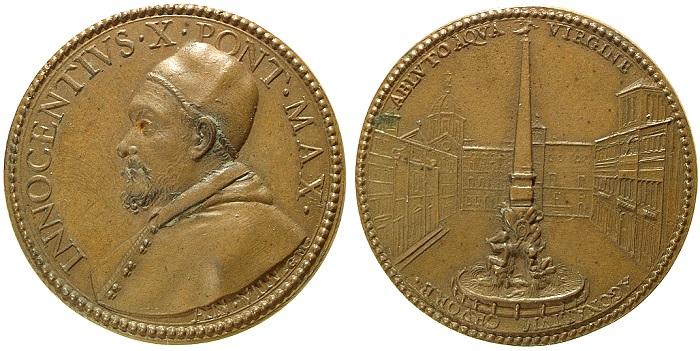 Le medaglia dell'anno VIII di pontificato di Innocenzo X Pamphili ricorda l'inaugurazione del monumento berninianio che orna piazza Navona: gli edifici sono volutamente appena tratteggiati