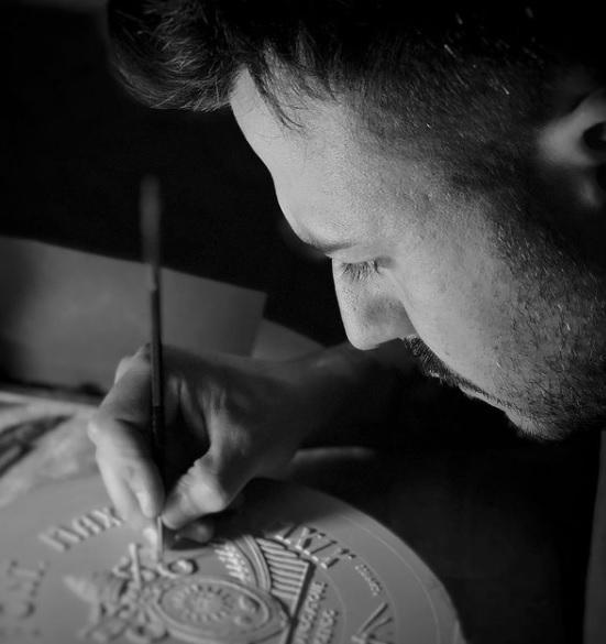 Dal profilo Instagram dell'artista, Patrizio Daniele al lavoro sui gessi di una delle monete che ha firmato per la Zecca del Vaticano