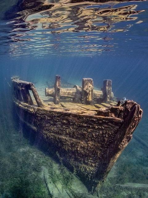 Sono migliaia i relitti di navi affondate: si stima che tra il 1492 e il 1898 siano ben 681 le sole navi spagnole naufragate lungo la rotta delle Americhe e che l'80% dei relitti è ancora inesplorato