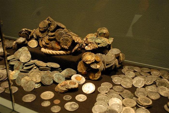 """Una parte delle circa tremila monete d'oro e d'argento - fra cui magnifici esemplari del Regno di Sardegna e dello Stato Pontificio - recuperate dal relitto del piroscafo """"Polluce"""" nel corso dell'esposizione che le vide protagoniste nel 2014 a Capoliveri, all'Isola d'Elba"""