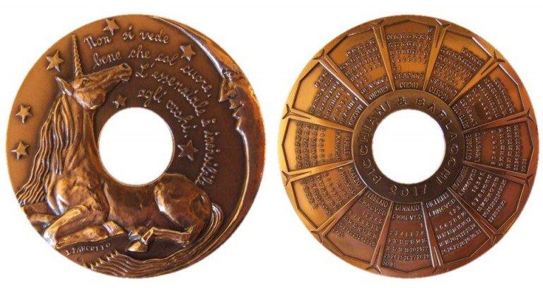 La medaglia calendario 2017 di Picchiani & Barlacchio, opus Pancotto, sul cui dritto l'autrice raccoglie la sfida di coniugare la modellazione con il caratteristico foro centrale che distingue questa serie