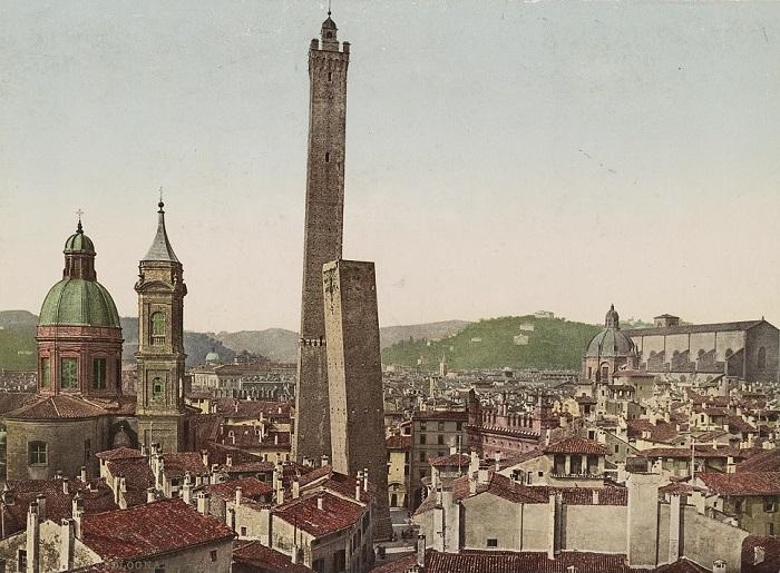 """La città di Bologna in una cromolitografia di inizio Novecento: se il panorama turrito si è molto """"sfoltito"""" rispetto al periodo medievale e rinascimentale, il centro storico conserva ancora tutto il fascino di una città dalla lunghissima storia"""