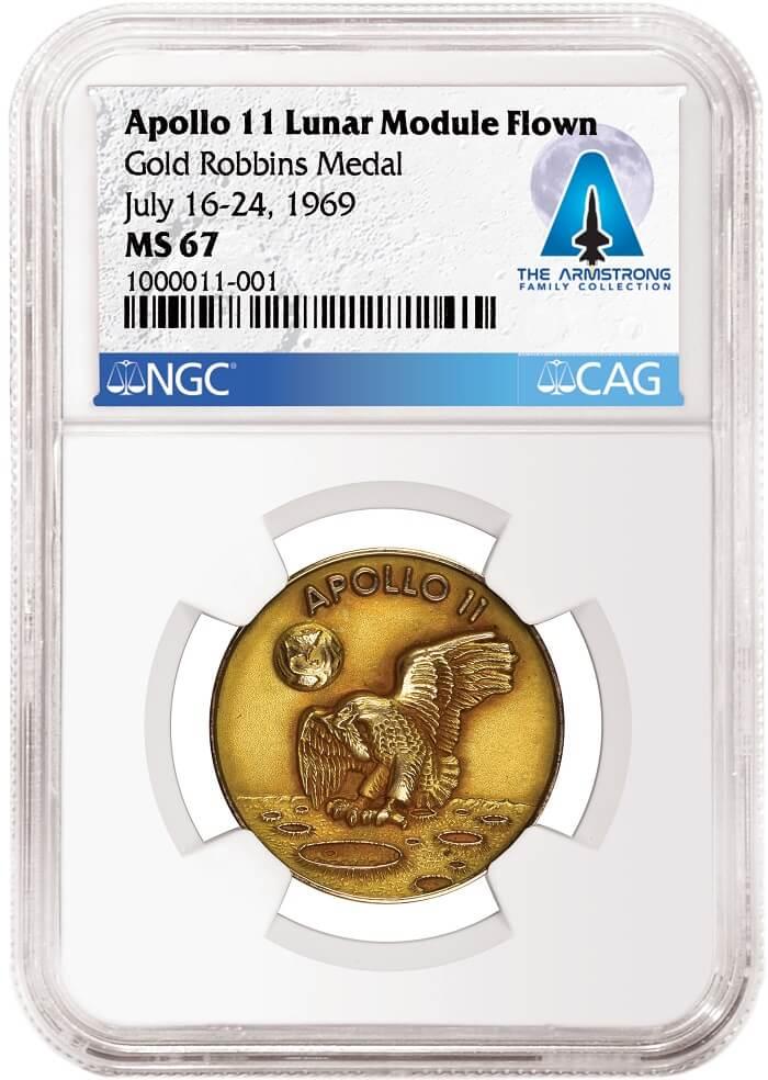 """La medaglia in oro viaggiata sulla Luna a bordo della navicella """"Apollo 11"""" e appartenuta all'astronauta Neil Armstrong nel suo slab NGC"""