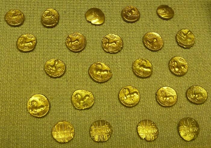 """Parte degli stateri celtici del """"tesoro di Chelmsford"""" rinvenuti nell'Essex nel settembre dello scorso anno ed esposti in un museo locale: a queste monete si riuniranno le 23 indebitamente sottratte dal rinvenitore"""