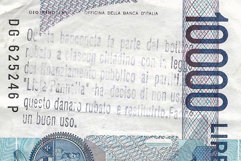"""Dettaglio della stampigliatura, effettuata con un mormale timbro, in cui si invita il cittadino """"beneficiario"""" di questa baconota a """"farne un buon uso"""" e, soprattutto, a riconoscerne - secondo i Radicali - la natura di denaro """"rubato"""" agli italiani"""