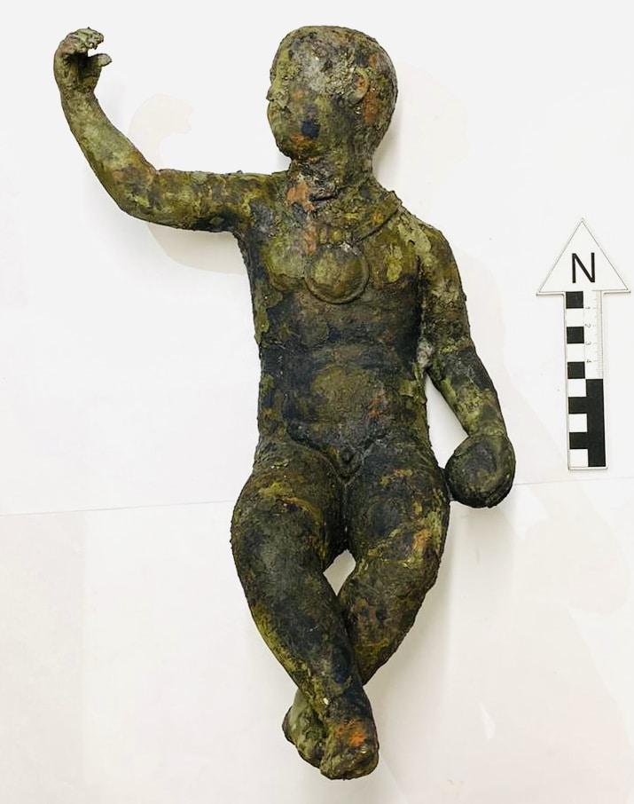 """Tra le prime immagini dei materiali di San Casciano fornite dalla Soprintendenza di Siena Grosseto Arezzo quella di un raffinato """"putto"""" in bronzo"""