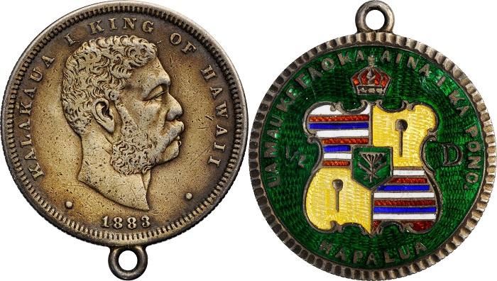Arriva da quello che nel 1883 era il Regno delle Hawaii questo mezzo dollaro con l'araldica dell'arcipelago del Pacifico abilmente smaltata su fondo verde
